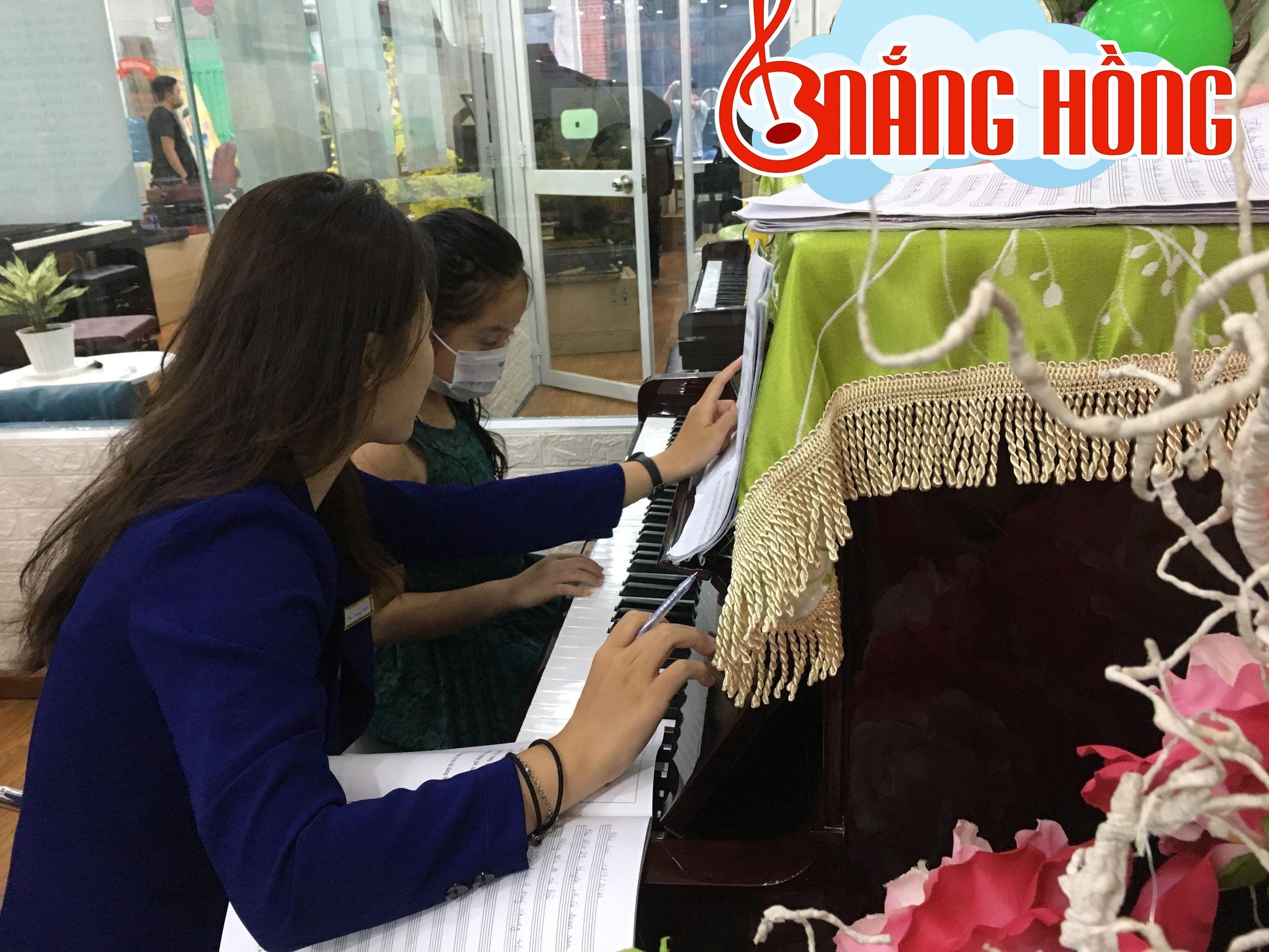 Cô và trò Nắng Hồng Music chăm chú trong giờ học
